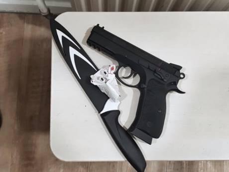 Onrustige jongen (15) op station Deventer betrapt met wapens in broek
