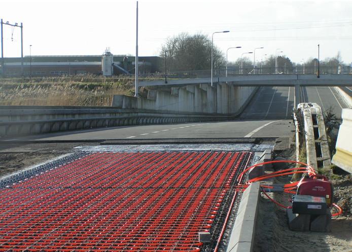 De aanleg van asfaltcollectoren in een wegdek.