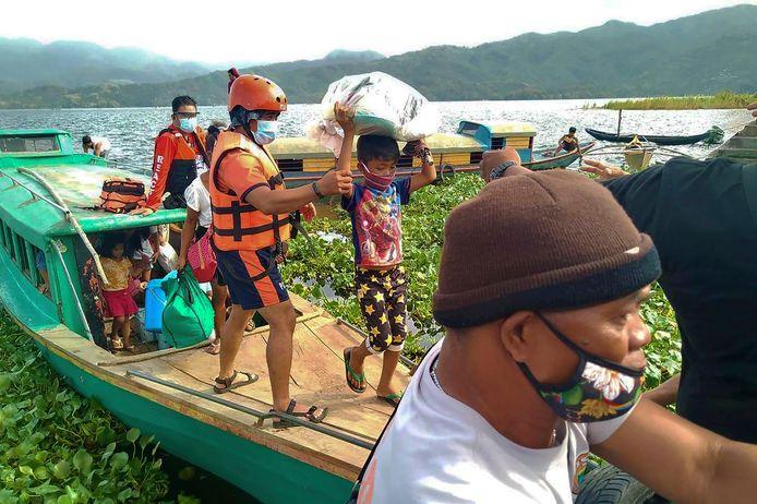 De kustwacht evacueert bewoners van kustdorpen.