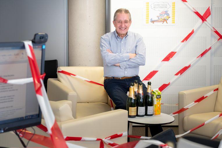 Toen Verbist met pensioen ging, werd zijn kantoor door de collega's versierd.