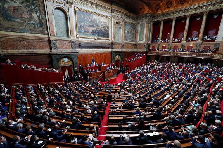 Voor de verzamelde leden van de Assemblée houdt Macron zijn eerste 'State of the Union'. Beeld REUTERS