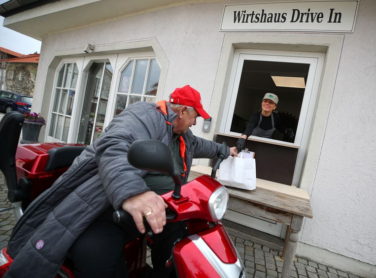 Een geïmproviseerde afhaalservice in Duitsland. Beeld Reuters