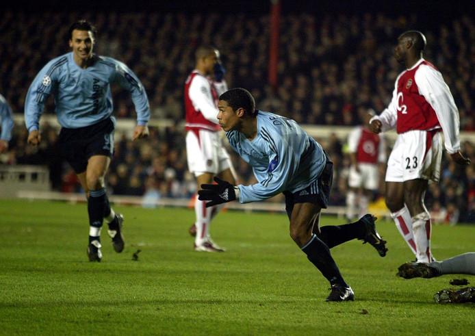 Nigel de Jong viert zijn gelijkmaker namens Ajax tegen Arsenal op Highbury.