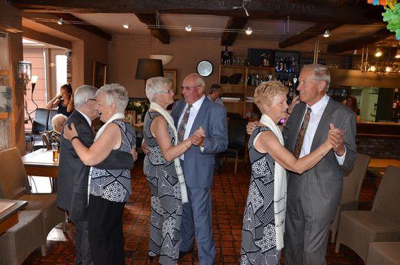 De zussen dansen met hun mannen op een liedje van Nini Rosso, net zoals 50 jaar geleden.