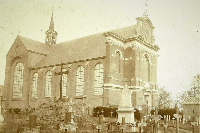 Zo zag de oude Waterstaatskerk eruit met de oude begraafplaats die nu in het nieuws is vanwege de vele menselijke resten onder de parkeerplaatsen bij Albert Heijn aan de Kerkstraat.