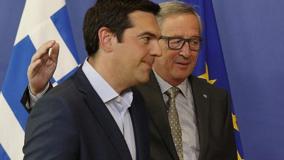 Jean-Claude Juncker (r) en de Griekse premier Alexis Tsipras.
