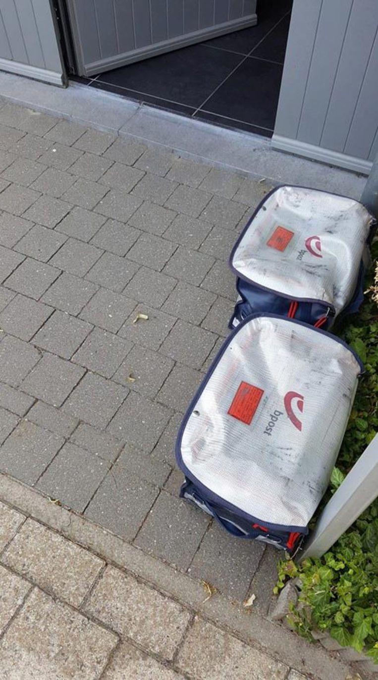 De postzakken werden achtergelaten in de 's Herenlei.