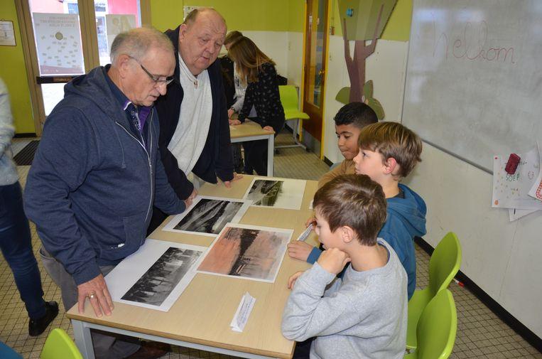 De leerlingen geven tekst en uitleg bij de oude foto's van het Kamp van Lokeren.