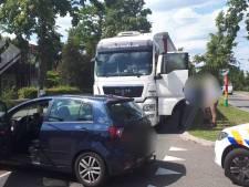 Dronken vrachtwagenchauffeur die poedelnaakt achter het stuur zit, klemgereden in Uden