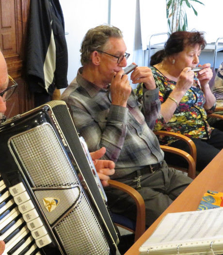 Mondharmonicaclub Ademnoot viert tiende verjaardag met concert in Gorinchem