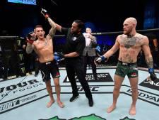 Poirier slaat 'onverslaanbare' McGregor tegen de grond