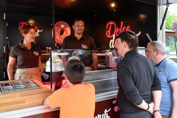 Annick Van de Voorde en Dominique De Jonghe in hun foodtruck 'Dolce Donut'.