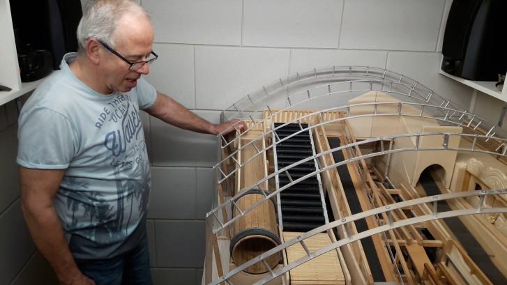Hans bouwt 100 jaar oude kermisattractie na