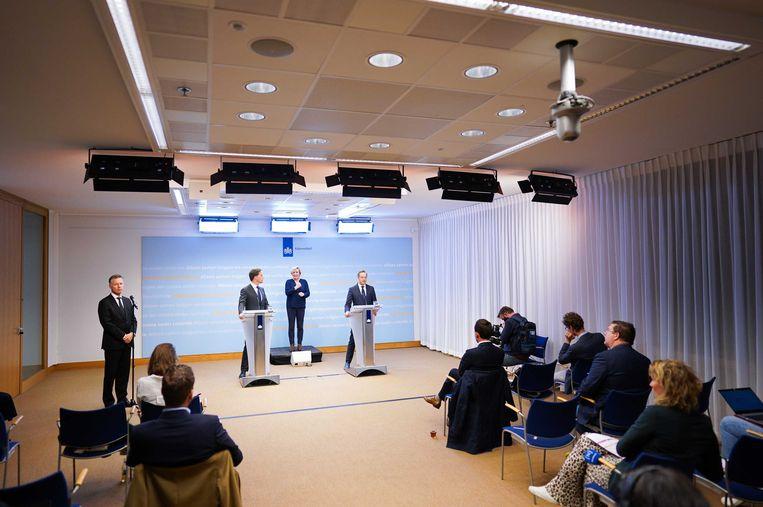 Premier Mark Rutte en minister Hugo de Jonge van Volksgezondheid tijdens de persconferentie over de aangescherpte maatregelen. Beeld ANP