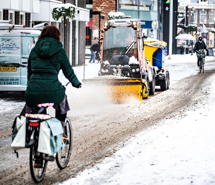 In het centrum gebruikt de gemeente Apeldoorn kleinere strooiwagens om de wegen sneeuwvrij te krijgen.