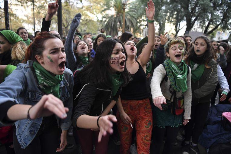 Voorstander van abortus buiten het Argentijnse Congres in Buenos Aires.  Beeld AFP
