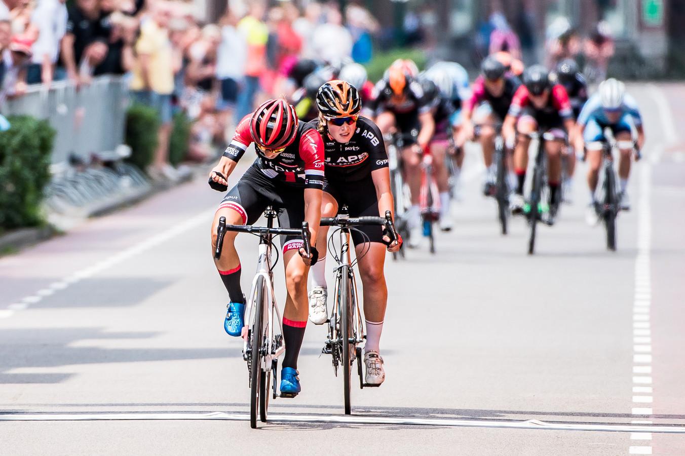 Femke Gerritse klopt Ilse Pluimers in de lange sprint om de juniorentitel.