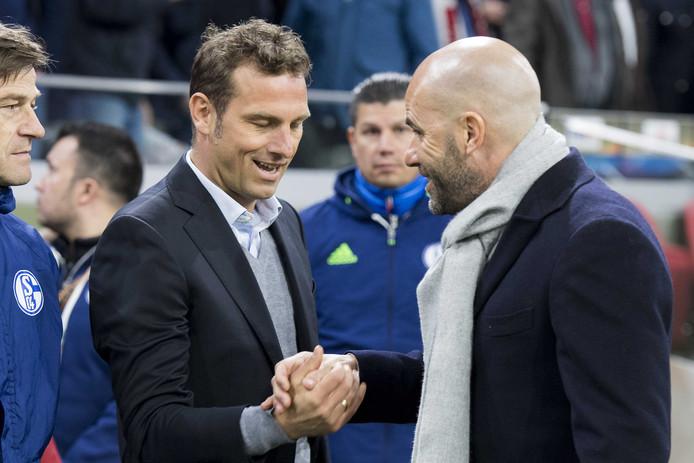 Markus Weinzierl (l) en Peter Bosz tijdens het Europa Leagueduel tussen Schalke 0-4 en Ajax.