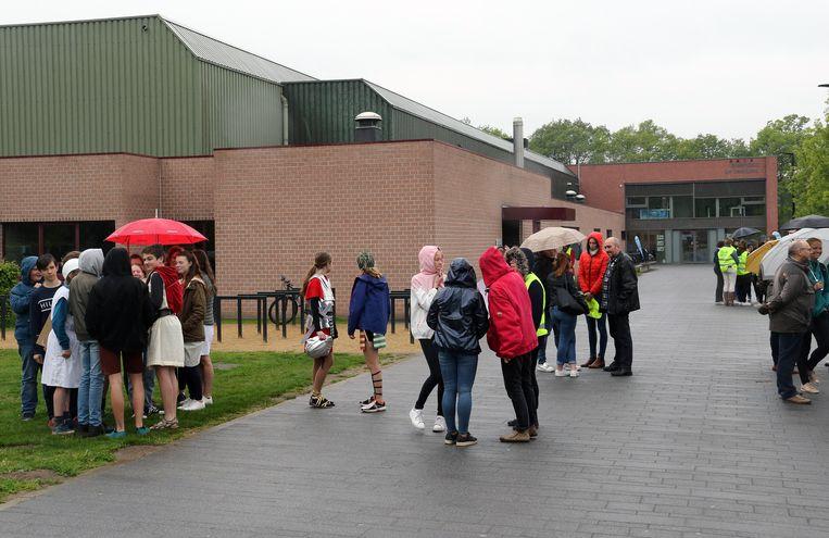 In Westerlo werden geëvacueerde leerlingen opgevangen in het sportpark.