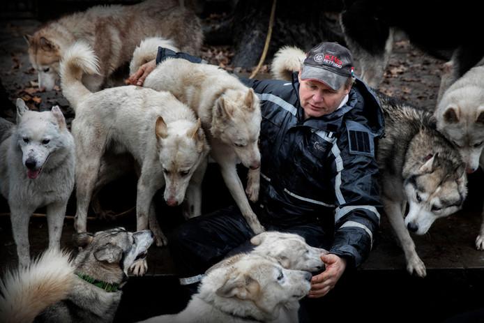 Marc van de Ven met een deel van zijn honden. Foto Kees Martens.