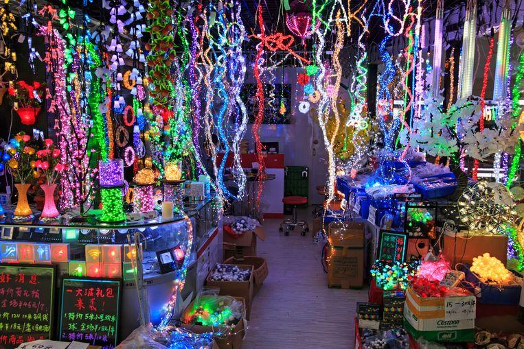 Het interieur van HQ Mart, een winkel in elektronische apparatuur in Shenzhen. Beeld null