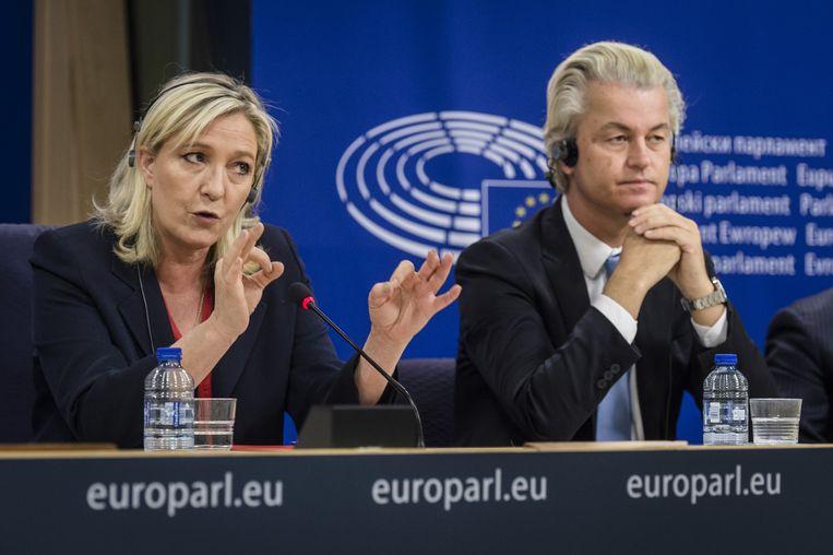 Marine Le Pen (L, frontvrouw Franse Front National) en PVV-leider Geert Wilders tijdens een persconferentie in Brussel. Beeld anp