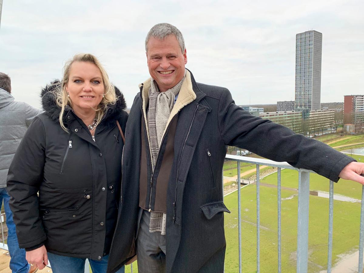 Lilian Damen (l) en collega Remco Kuipéri (r) genieten van het magistrale uitzicht op de Kempentoren