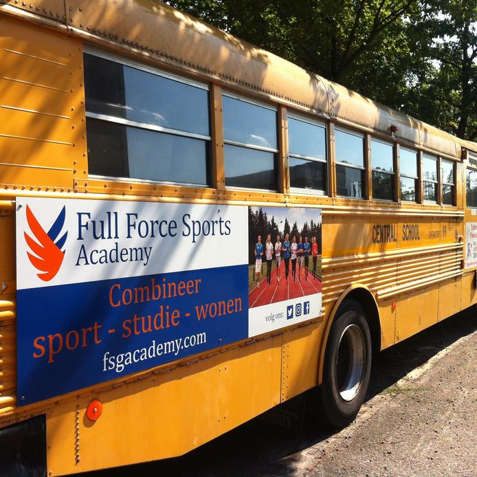 De schoolbus aan de Laan van Westenenk in Apeldoorn kan blijven. FSG krijgt een doorstart.
