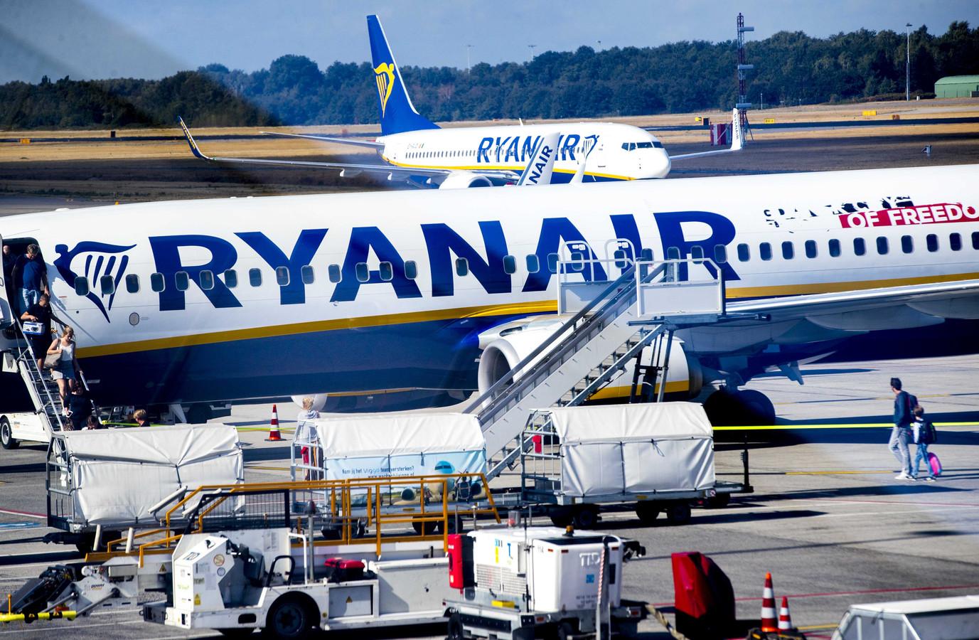 Ryanair vliegtuigen op het platform van Eindhoven Airport.