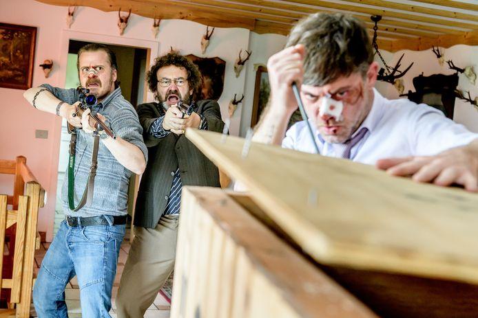 Lars, Freddy en Danny mogen de kist niet openen, maar doen dat natuurlijk wel.