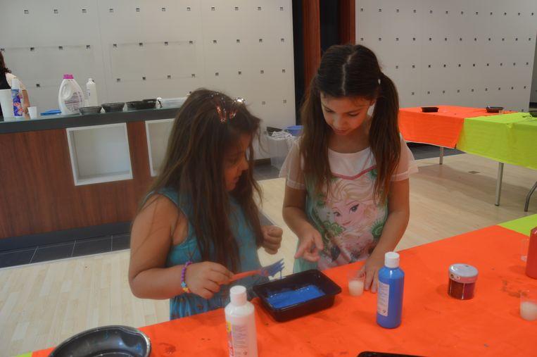 Ellen (links) leert hoe ze slijm kan maken.