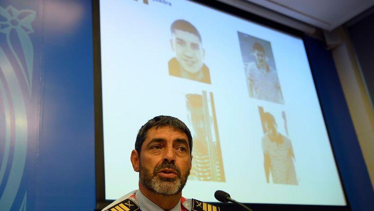 Het hoofd van de regionale politie Josep Lluis Trapero met foto's van de hoofdverdachte Younes Abouyaaqoub. Beeld afp