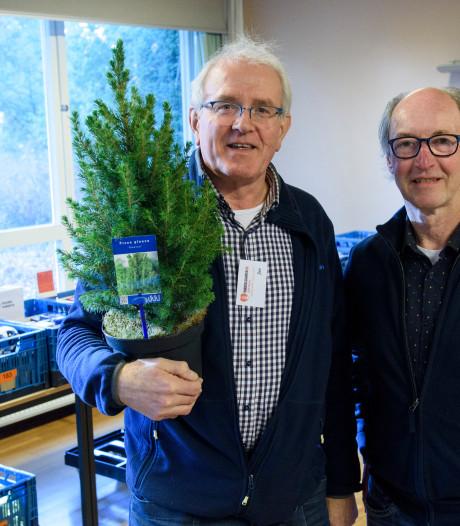 Zorgkwekerij De Pimpernel schenkt kerstbomen aan Voedselbank Waalre