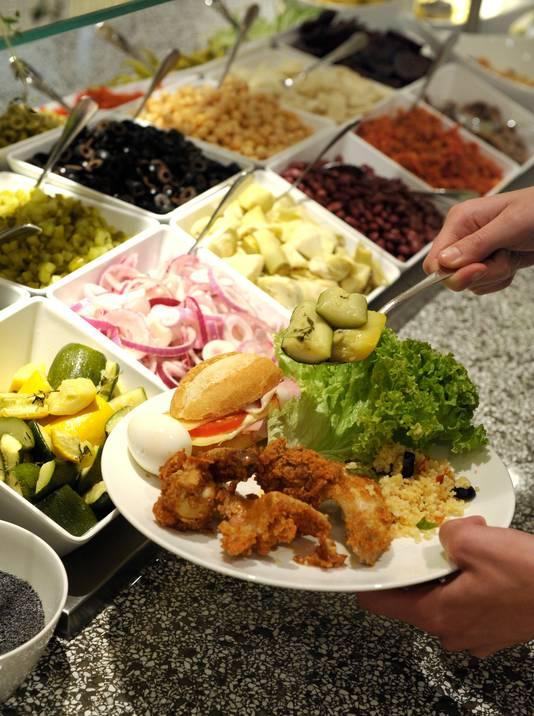 Nederlanders nemen niet lang de tijd voor hun lunch in bedrijfskantines.