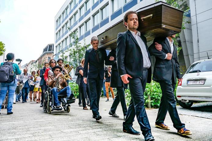Met een doodskist gaat de parade van PVDA naar de Vrijdagmarkt.