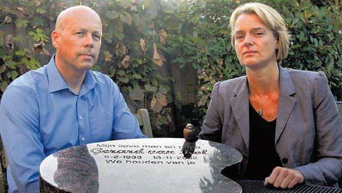 Erik van Kol en zijn vrouw Christel Jansen met de steen van Eriks vader.