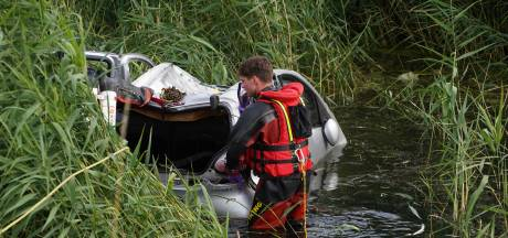 Bestuurder brengt zichzelf in veiligheid op autodak nadat hij in water is gereden