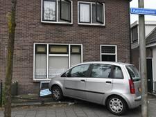 Auto ramt voorgevel van huis in Alphen