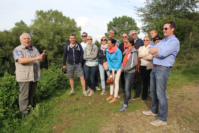 Gids Johan Dierynck brengt de deelnemers meteen aan het lachen in het plat West-Vlaams.