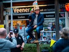 Wereldkampioen paalzitten klimt, vijftig jaar later, nog één keer op een paal