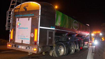Trucker valt in slaap en knalt tegen vangrail