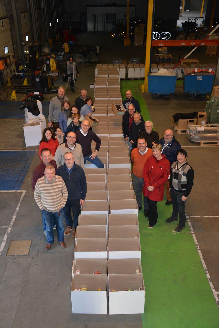 Vrijwilligers vullen de kerstpakketten