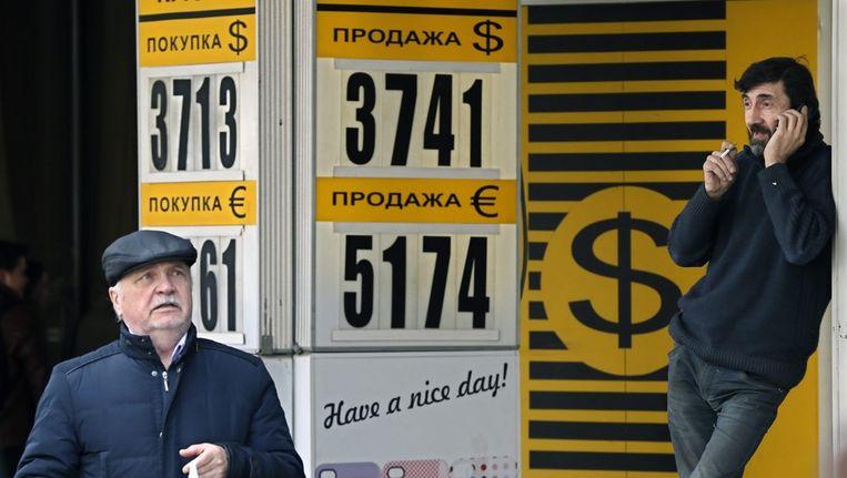 Russen bij een wisselkantoor in Moskou Beeld epa