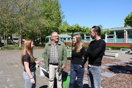 De leerlingen met een van hun favoriete docenten meneer Wouters.