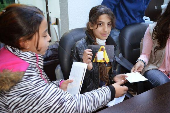Syrische kinderen met de brief van Hibo Mahamed Dubow.