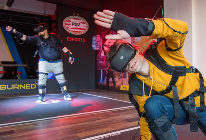 Martijn Kragtwijk (rechts) en Dwayne Vrancken in VR-uitrusting voor Exodus Burned.