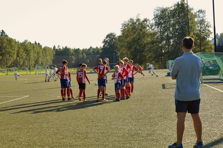 Op de training van jonge voetballers in Oslo gaat het er vriendelijker aan toe.  Beeld Hollandse Hoogte / Jaco Klamer