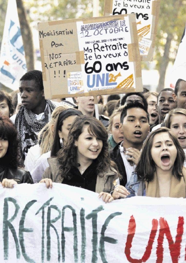 Ook in Lyon sloten jongeren zich gisteren aan bij het protest tegen pensioenhervormingen. (FOTO REUTERS) Beeld REUTERS