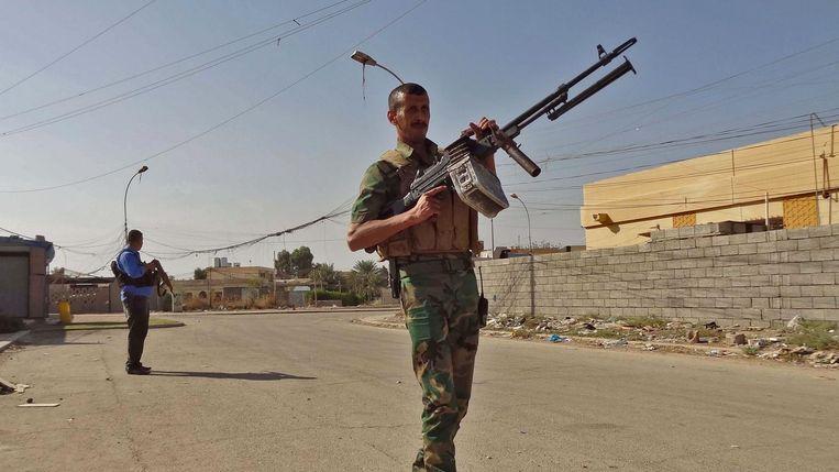 Iraakse politie en Koerdische milities in Kirkuk. Beeld afp