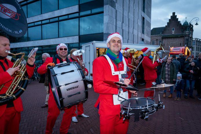 Blaasorkest MP3 in kerstpakken verraste het publiek met een breed repertoire, met 'Uptown Funk' als swingend hoogtepunt.